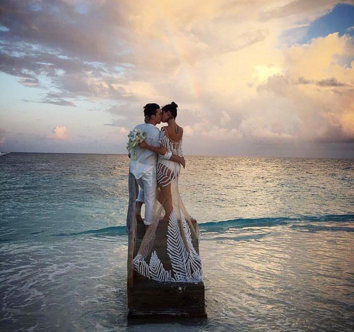 Três casamentos na praia, uma banda.